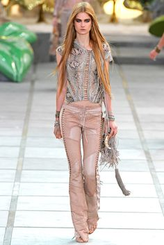 Roberto Cavalli Spring 2011 Ready-to-Wear Fashion Show - Bo Don Fashion Line, Diy Fashion, Fashion Show, Fashion Outfits, Womens Fashion, Fashion Design, Fashion Trends, Bohemian Fashion, Bohemian Style