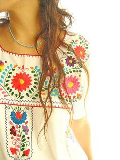 White Peace Mexican embroidered blouson top, from Aida Coronado Ethno Style, Bohemian Style, Boho Chic, Hippy Style, Seaside Style, Hippie Bohemian, Mexican Blouse, Mexican Dresses, Couture