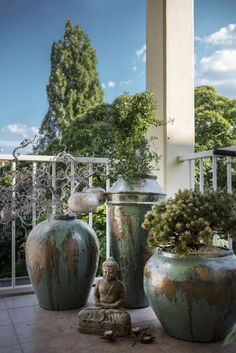 Modern terrace accesorized by oriental ceramic vases and buddha statue Colonial Furniture, Indian Furniture, Old Wood, Oriental, Indie, Statue, Balcony, Vases, Modern