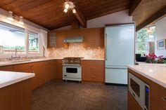 Mod kitchen Kitchen Dining, Kitchen Cabinets, Mid Century Modern Kitchen, Home Kitchens, Mid-century Modern, Home Decor, Decoration Home, Room Decor, Cabinets