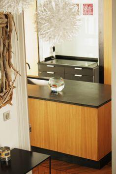 Réalisation de meubles de cuisine sur mesure en chêne, et granit noir. Style authentique et contemporain. #cuisine #granit #pierre #plan de travail #bois #chêne #Typic Design
