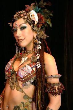 Sharon Kihara es una de las bailarinas de Tribal Fusión más prestigiosas del mundo. Nacida en Oakland (California) sorprende por su exótica belleza.