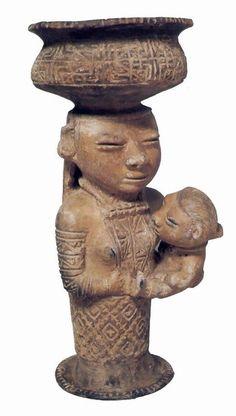 Maternidad Sinú (Museo de Cerámica, Bogotá). Son numerosas las copas votivas con pedestal de columna que se encuentran en los yacimientos de la antigua cultura sinú, y muchas son una representación amable de la maternidad. En el período tardío, se acostumbró a deformar ligeramente el cráneo de estas figuras, agrandándolos para aumentar también la caracterización de los ojos y adornarlos con objetos que acusen su rango social o su oficio.