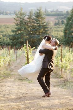 Rustic DIY wine-themed wedding in Oregon vineyard country | Oregon Bride Magazine | Photos: Deyla Huss