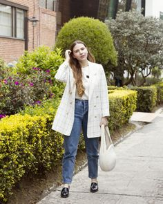 Rope bag, vintage blazer with gold buttons and checked print, mom jeans with casual t shirt. Gold chocker necklace layered with a long one. Blonde girl, patent loafers. Streetstyle, carolina llano, Bogotá. Casual but classic. Gold Style Book Style, personal style, greenery background. Instagram inspo Gold Chocker Necklace, Greenery Background, Patent Loafers, Gold Style, Fashion Books, Casual T Shirts, Sustainable Fashion, Mom Jeans, Personal Style