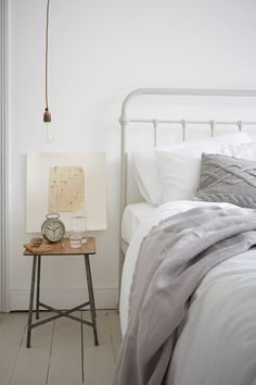 The English apartment of a serial renovator - PLANETE DECO a homes world Tranquil Bedroom, Master Bedroom, Bedroom Simple, Neutral Bedrooms, White Bedrooms, Rustic Apartment, London Apartment, Vash, Bedroom Lighting