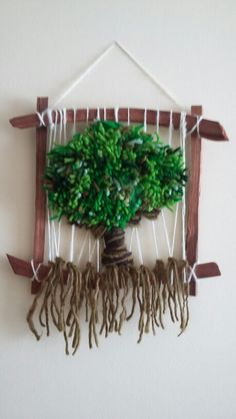 Árbol de la vida .                                                                                                                                                      Más Types Of Weaving, Weaving Art, Tapestry Weaving, Loom Weaving, Crochet Crafts, Felt Crafts, Diy And Crafts, Origami, Free Crochet Bag