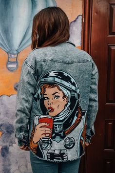 8 celebrities who are not afraid to wear the same clothes in public and we admire them - Best DIY and Crafts Ideas Painted Denim Jacket, Painted Jeans, Painted Clothes, Denim Paint, Diy Clothing, Custom Clothes, Denim Kunst, Xl Mode, Custom Denim Jackets