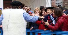 Cientos de personas reciben a Olentzero que hace un llamamiento a hablar en euskera
