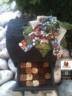 Baúl alcancia  acabado: derivado de caucho con detalles de flor de tela verano print. Contenido : 20 nano trufas Pimp! redondas o cuadradas!