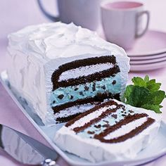 You need only four ingredients for this super easy frozen dessert. Simply layer snack cakes with ice cream and freeze. Ice Cream Cake !