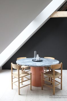 Tres cool dining nook in Vipp Loft - a unique designer accomodation in the heart of Copenhagen. Image via Dining Nook, Dinning Table, Round Dining, Fine Dining, Kitchen Dining, Decor Interior Design, Interior Styling, Interior Decorating, Acorn House