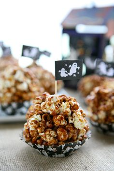 Nutella Popcorn Balls plus 9 more Spooktacular Halloween popcorn ball recipes Halloween Popcorn Balls Recipe, Popcorn Recipes, Cupcake Recipes, Apple Recipes, Fall Recipes, Good Food, Yummy Food, Fun Food, Kraut