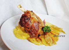 Blog de cuina de la dolorss:  Codillo con cebollas y pure de manzana