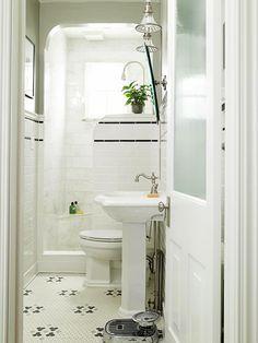 Baños con encanto..me encanta este baño, tiene todo en un espacio muy limitado, la ventana y la gran luz y ventilación que por ella entra -lo mas importante- la ducha es hermosa, todo me gusta!!!! sería un baño que elegiría tener en un departamento de pequeñas dimensiones...!!!