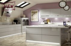 Cool tones of Light Grey Gloss is the latest trend in kitchen design. Our Holborn range captures this perfectly ‐ the contemporary integrated handle gives a great touch of style. Benchmarx Kitchen, Kitchen Cost, Open Plan Kitchen Living Room, Rustic Kitchen, Kitchen Interior, Kitchen Decor, Kitchen Grey, Kitchen Ideas, Kitchen Modern