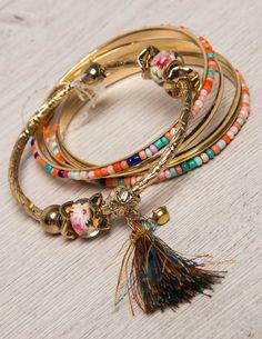 The Set of Five Bracelet Σετ από πέντε boho style βραχίολια σε χρυσή απόχρωση, διακοσμημένα με πολύχρωμες πέτρες και φουντίτσα! 6,50 €