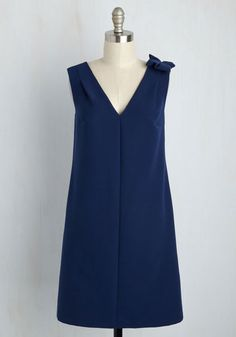 In this midnight blue shift dress, you have the appearance of an experienced partygoer, and as your game plan for the evening unfolds, that's proven to be true. From the bar cart to the balcony and beyond, the bow and sash streaming from this V-neck's shoulder look sophisticatedly suave!