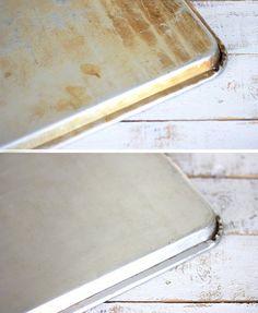 Haz una pasta de bicarbonato y agua oxigenada y extiéndela por la bandeja del horno. Deja reposar durante un par de horas y muchas de las manchas de óxido y quemado habrán desaparecido.