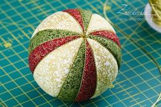 """On the Tin: progetto congiunto """"Kimeco Balls Christmas Topiary, Quilted Christmas Ornaments, Christmas Cover, Fabric Ornaments, Hand Painted Ornaments, Christmas Balls, Material Flowers, Xmas Decorations, Christmas Projects"""