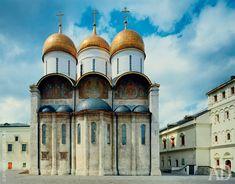 Храм Успения Пресвятой Богородицы  Главное сооружение Соборной площади Кремля. Построил его в 1479-м итальянец Аристотель Фиораванти. В 1547 году именно здесь короновали первого русского царя – Ивана IV Грозного.