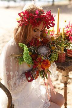 Du rouge dans les fleurs et les accessoires pour une mariée bohème ou Gipsy