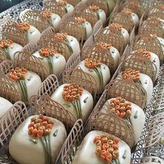 Forminhas para Doces de Casamento Chocolate Caramels, Chocolate Treats, Chocolate Truffles, Mini Cakes, Cupcake Cakes, Return Gifts For Kids, Soap Wedding Favors, Cake Truffles, Chocolate Covered Oreos