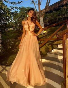 Vestidos do casamento de Carlinhos Maia e longos para madrinhas Royal Dresses, Glam Dresses, Satin Dresses, Elegant Dresses, Pretty Dresses, Fashion Dresses, Evening Outfits, Evening Dresses, Golden Dress