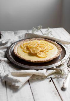 La plupart des recettes de pâte à tarte sont faites pour obtenir deux abaisses, mais comme on défie toutes les lois de l'univers, on en a créé une parfaite pour cuisiner une seule tarte. Elle est à base d'huile et est immanquable. Même Jeanne serait capable de la faire avec sa dextérité de bébé. Lime Desserts, No Cook Desserts, Sweet Recipes, Cake Recipes, Thing 1, Sweet Cakes, Desert Recipes, Food Styling, Sweet Tooth