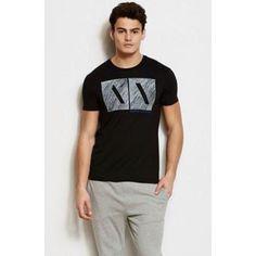 Esta camiseta de Armani es perfecta para el día a día. Combina con cualquier tipo de pantalón.  #moda #Armani #camiseta #negra #outfit #sport #estilo