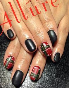 Restez cool et recueilli avec cet ensemble noir, rouge, blanc et vert. Aménagé dans un design à carreaux et mat, les ongles regarder absolument chic et magnifique.