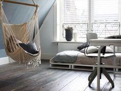 輸送などに使うすのこ状の木製パレット。それを利用した家具作りが海外で人気です。お金をかけず、アイディアとセンスで素敵に生活を愉しむ姿勢、お手本にしたいですね。