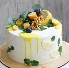 Fruit cake - fresh fruit with cream makes the fruit cake delicious and beautiful, everyone likes it - Page 32 of 37 - Hochzeit - Dessert Fruit Cupcakes, Cupcake Cakes, Cake Fondant, Fancy Cakes, Mini Cakes, Cake Recipes, Dessert Recipes, Beautiful Birthday Cakes, Blueberry Cake