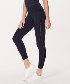 You're meant to move in these  versatile 7/8 tights. We added  breathable flocked panels for  extra ventilation and subtle  texture.