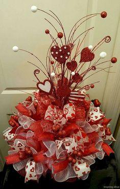 Best DIY Rustic Decoration Idea For Valentine Party 08 Valentine Tree, Valentine Day Wreaths, My Funny Valentine, Valentines Day Party, Valentines Day Decorations, Valentine Day Crafts, Valentine Table Decor, Valentine Ideas, Valentinstag Party