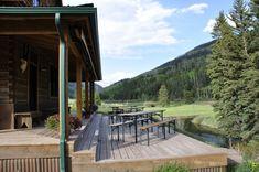 Cresto Ranch terraza de casa de campo con mesas de jardín de cerveza, Remodelista