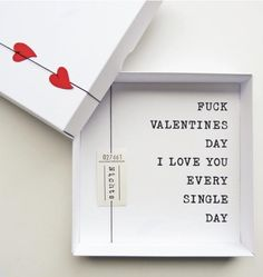 Valentinstag spaltet jährlich die Nation: Man möchte eine Freude machen aber eigentlich trotzdem sich nicht dem übertriebenen Konsum hingeben. Mit diesem Valentinstagsgeschenk könnt ihr auf süße Weise sagen, wie sehr ihr euren Partner liebt und müsst trotzdem nicht viel Geld ausgeben. Fokussiert euch auf eure gegenseitige Liebe. Das ist Valentinstag!