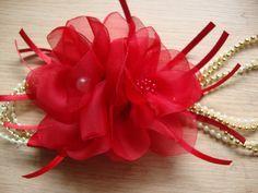Faixa em cordões de perolas e dourado, florzinhas vermelhas, fitas e strass. Disponivel em azul marinho,rosa, branca, (especifique pedido) Ajuste com elastico macio e confortavel na nuca, informe idade da sua princesinha.
