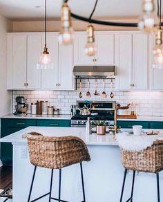 La mezcla de metales es lo de hoy. Atrévete a usar cobre con dorado y plateado. El ejemplo de esta cocina con bancos altos de madera (tipo rattan), puertas verdes y cubiertas de ladrillo brilloso es ideal. Una de las cocinas más bonitas que hemos visto.
