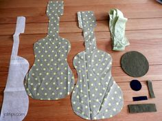 tuto tutoriel DIY do it yourself patron guitare en tissus kaki et jaune chambre d'enfant Source by meekerps Love Sewing, Baby Sewing, Diy Cutting Board, Sewing Patterns For Kids, Couture Sewing, Baby Pillows, Fabric Bags, Handmade Bags, Paper Dolls