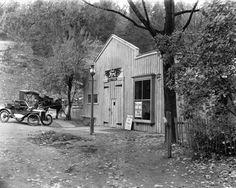 Ford Model T dealer. Imagine how primitive the first dealers were. Old Pictures, Old Photos, Vintage Photos, Vintage Photographs, Car Ford, Ford Trucks, Garages, Vintage Cars, Antique Cars
