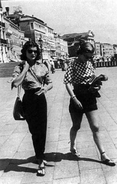 Jacqueline Bouvier (future Jackie Kennedy) and her sister Caroline Lee Bouvier (Lee Radziwill) in Venice, 1951
