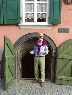 Peter Broell in Limburg im Oktober 2014. Hier war eine Entscheidung zu treffen: Entweder hinunter in den urigen Weinkeller, - oder hinauf zum Limburger Dom? Ich habe mich für beides entschieden.