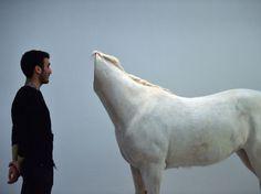 24 heures en images - Un homme face à une installation de l'exposition Bugarach de Huang Yong Ping, à Rome, le 18 décembre.