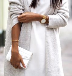 Long gilet gris perle + robe pull blanche + bijoux fins dorés + peau bronzée = le bon mix (blog Not Your Standard)