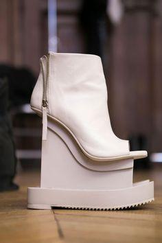 """FINSK """"airborne"""" booties nude for Iris van Herpen Iris Van Herpen, Funky Shoes, Crazy Shoes, Me Too Shoes, Creative Shoes, Unique Shoes, Fashion Week Paris, Shoe Boots, Shoes Heels"""