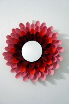 DIY: Flower mirror made with plastic spoons. Plastic Spoon Crafts, Plastic Spoons, Easy Diy Crafts, Diy Craft Projects, Craft Ideas, Decor Ideas, Diy Mirror, Spoon Mirror, Bathroom Mirrors
