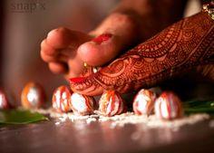 wedding shot indian Wedding Photos – wedding photography bride and groom Indian Wedding Pictures, Indian Wedding Couple Photography, Wedding Couple Photos, Wedding Photography Tips, Wedding Poses, Wedding Photoshoot, Mehendi Photography, Wedding Shot, Party Wedding
