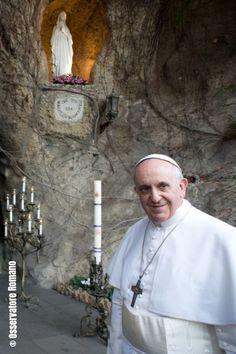 Le 11 février dernier, fête de Notre-Dame de Lourdes, le Pape François (ici en photo devant la reproduction de la Grotte de Lourdes du Vatican) a publié une lettre sur les sanctuaires dans l'Eglise.