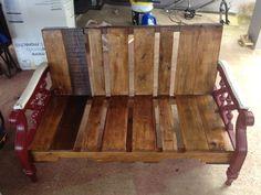 Mueble hecho con tarimas o paletas y sus brazos o patas de un mueble que tiraron a la basura